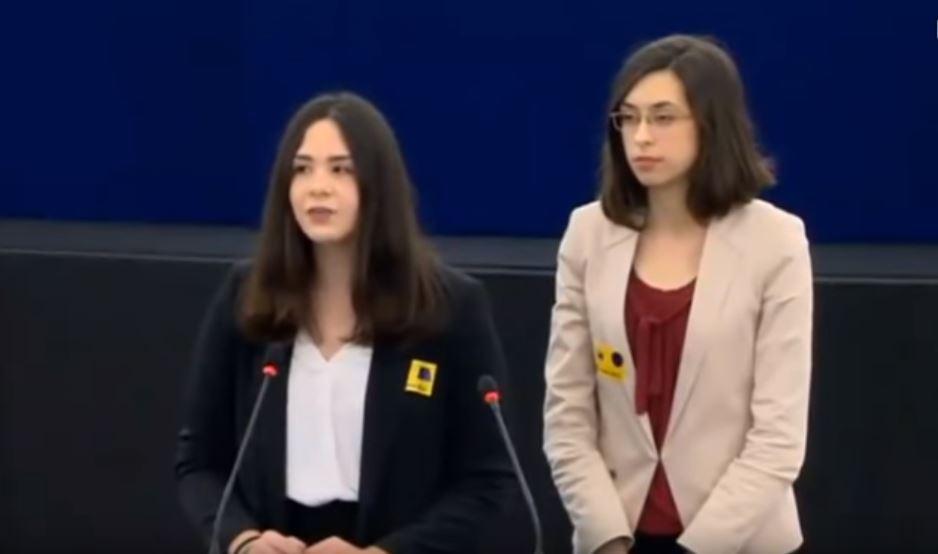 Ελληνίδα μαθήτρια τραγουδά τον Ερωτόκριτο στο Ευρωκοινοβούλιο