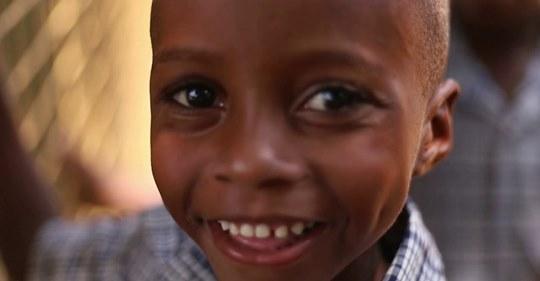 Παιδικά χαμόγελα φωτίζουν το Λουγκουζί (βίντεο)