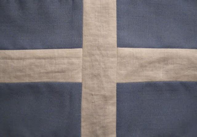 Από ράσο και φουστανέλα η πρώτη ελληνική σημαία