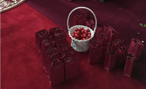 Διανομή πασχαλινών αυγών στα σπίτια των πιστών στη Κορέα